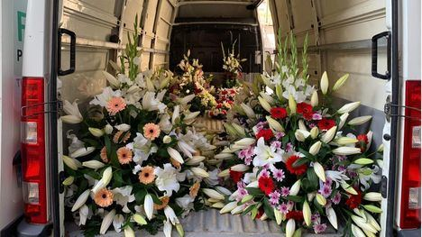 FOT Flores Marín lleva ramos a las imágenes de las Hermandades