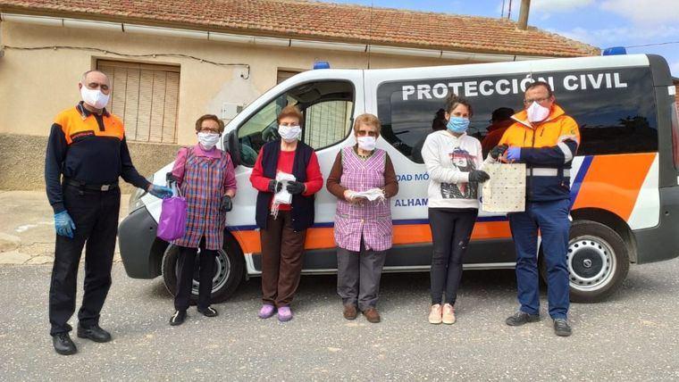 Vecinas de La Costera cosen 150 mascaras contra el coronavirus