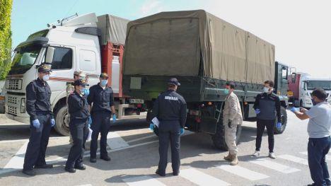 El Ejército y la Armada reparten comida en Alhama y Librilla