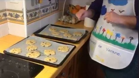 VÍDEO Tarde de galletas chips, la actividad en Un Ratito Más Home