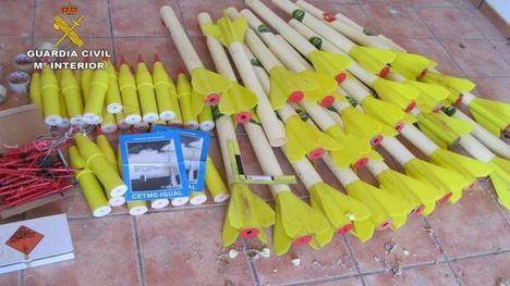 Imagen de los cohetes incautados y desactivados por la Guardia Civil.