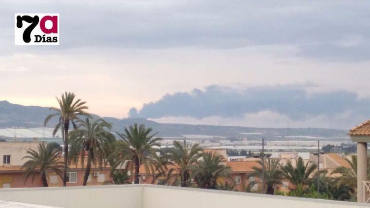 Así se veía la columna de humo desde el casco urbano de Alhama.