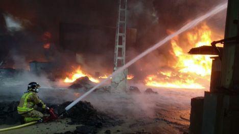 FOTOS Una dotación de Bomberos continúa en el incendio de F. Álamo