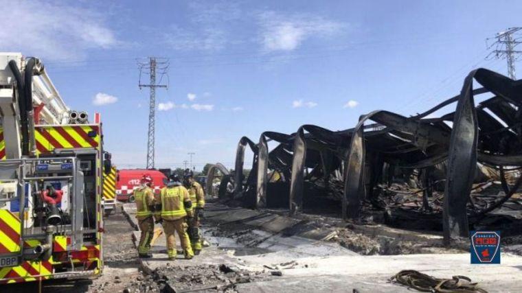 Los Bomberos dan por extinguido el fuego en la nave de F. Álamo
