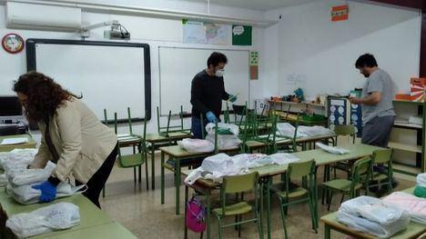 El Ayuntamiento entrega libros de infantil y primaria por casas