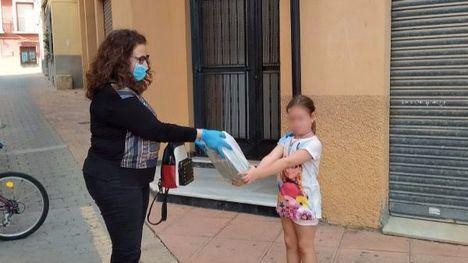 FOT. El Ayuntamiento reparte los libros de Infantil y Primaria