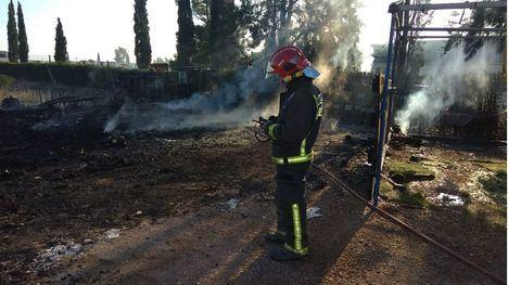 FOTOS Incendio en el exterior de un almacén de frutas en Totana