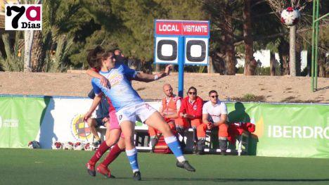 La delantera azulona Helena Torres da el salto a 1º División