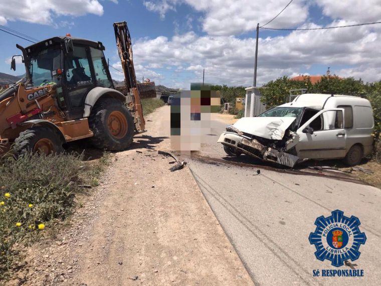 Colisión entre un coche y una excavadora en Librilla