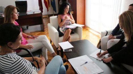 Imagen de archivo de la reunión que mantuvieron Mariola Guevara y Nani Navarro con las responsables del IMAS el pasado mes de octubre de 2019.