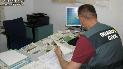 Análisis de documentos por parte de la Guardia Civil