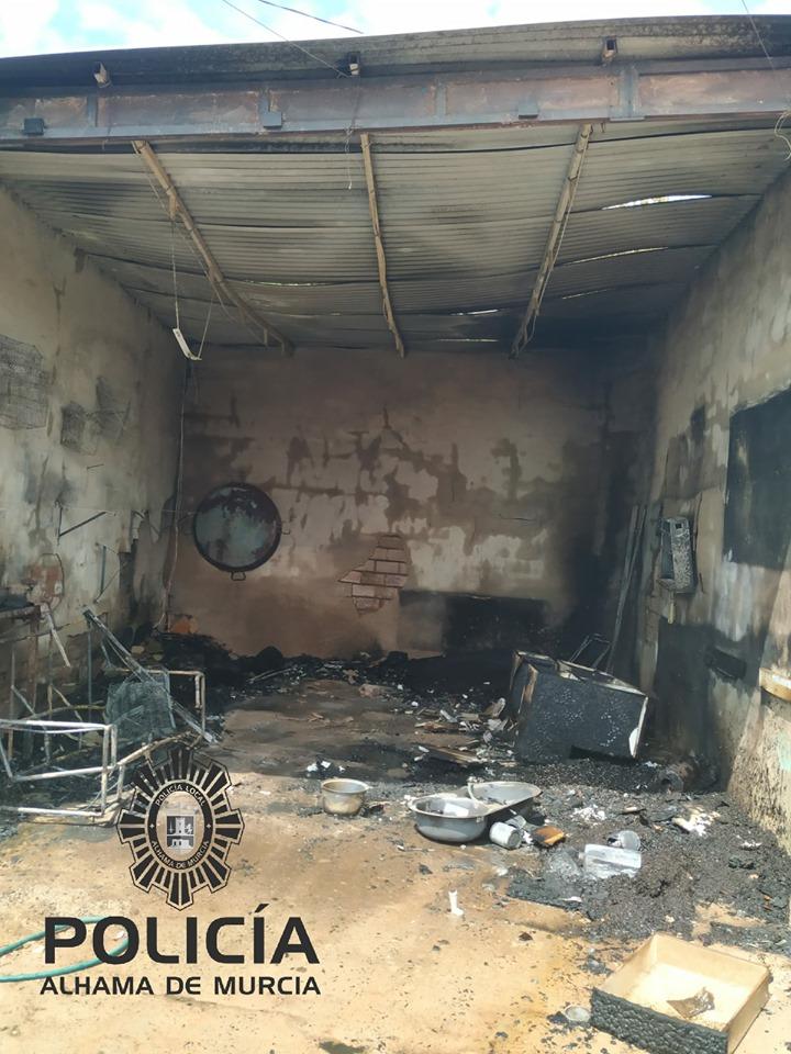 La Policía Local evita la propagación de un incendio en los Secanos