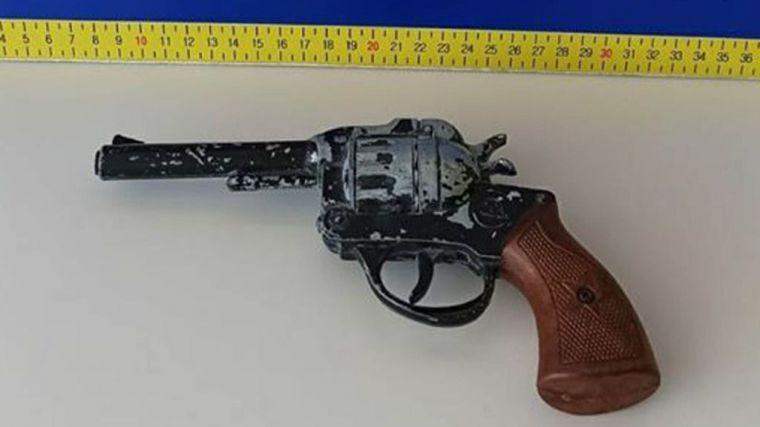 La Policía intercepta a un hombre con una pistola de juguete