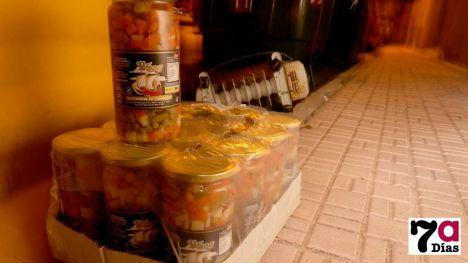 Comida del Banco de Alimentos o Cruz Roja, junto a la basura
