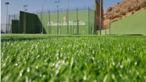 Nuevo césped en el campo de fútbol de El Praíco