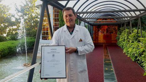 El director de Compras del Grupo, Constantino Sánchez, muestra la certificación UNE 15896 de Gestión de Compras de Valor Añadido