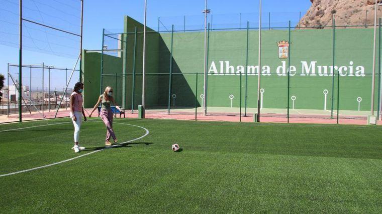 El campo de fútbol 5 de El Praíco, a falta de una valla perimetral