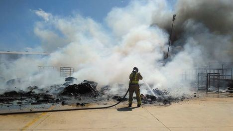 Extinguido el incendio en una nave del polígono Las Salinas