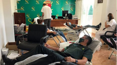 Guardias civiles colaboran en la campaña de donación de sangre