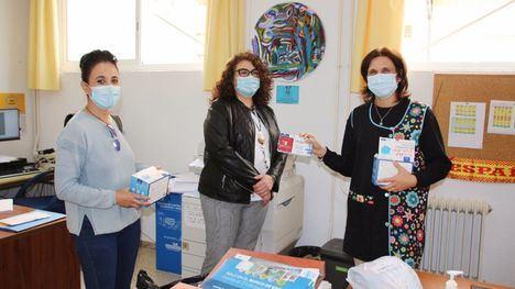 FOT. Los colegios de Alhama reciben mascarillas infantiles