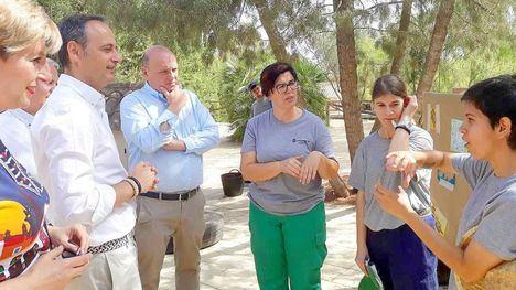 El consejero Javier Celdrán atiende las explicaciones de miembro de Fundown en su visita al Arboretum de El Valle