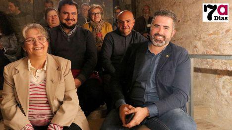 Belén Martínez, junto a otros responsables de la Semana Santa de Alhama, durante la presentación de la revista en 2020