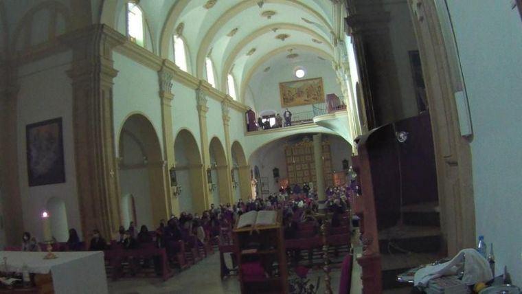 Fotografía del interior de iglesia de San Lázaro durante las confirmaciones, publicada por La Opinión