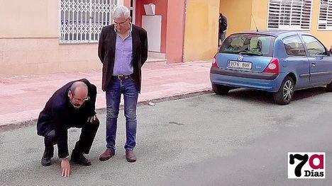 VÍDEO C's critica el 'parcheo' en el asfalto del barrio El Carmen