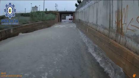 La Policía Local rescata a conductores atrapados por la lluvia